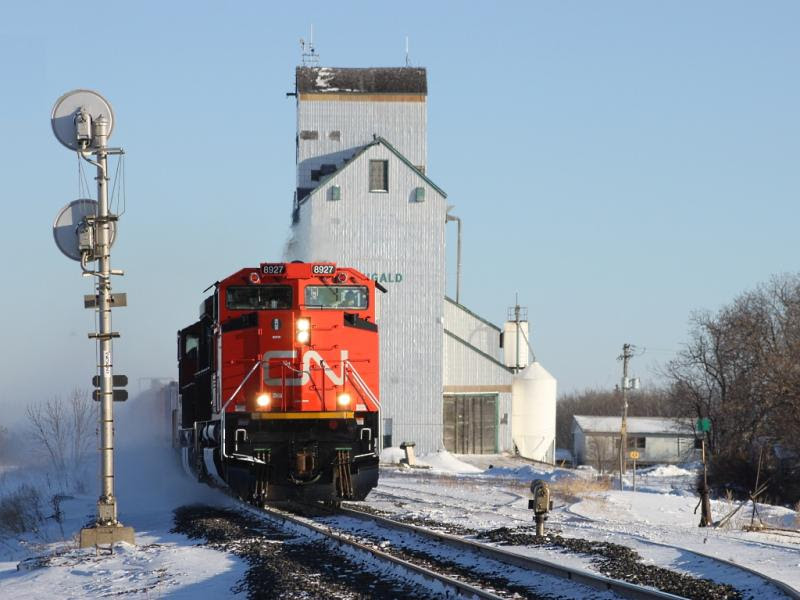 CN 8927 at Dugald, MB