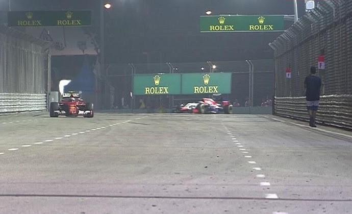Homem invade pista durante GP de Cingapura de Fórmula 1 (Foto: Reprodução)