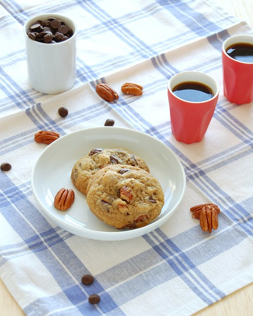 Really good one-bowl chocolate chip-pecan cookies / Cookies com gotas de chocolate e pecãs muito bons