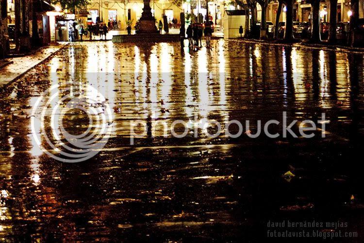 Una noche muy lluviosa en el bulevar-plaza de Baeza, Jaén