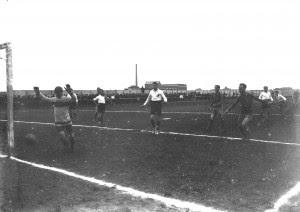 Modena-Jucunditas 2-0 (1-0), Modena, Campo dell'ex Velodromo – Piazza d'Armi, 11 aprile 1915. Canarini in attacco.