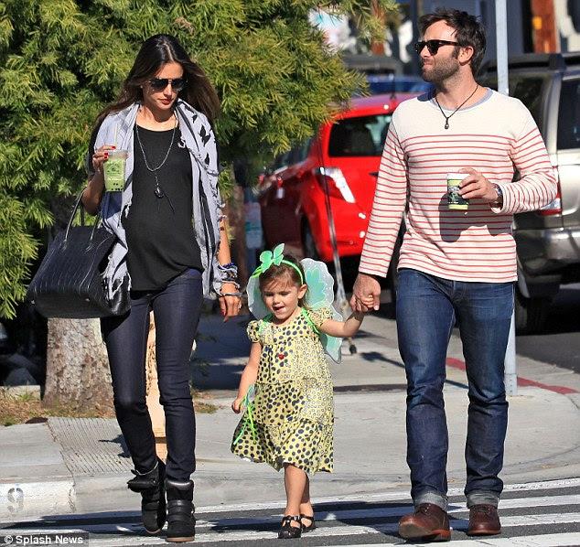 Dia com a família: Alessandra eo marido Jamie Mazur foram vistos com a sua filha Anja de três anos de idade, em Venice Beach ontem