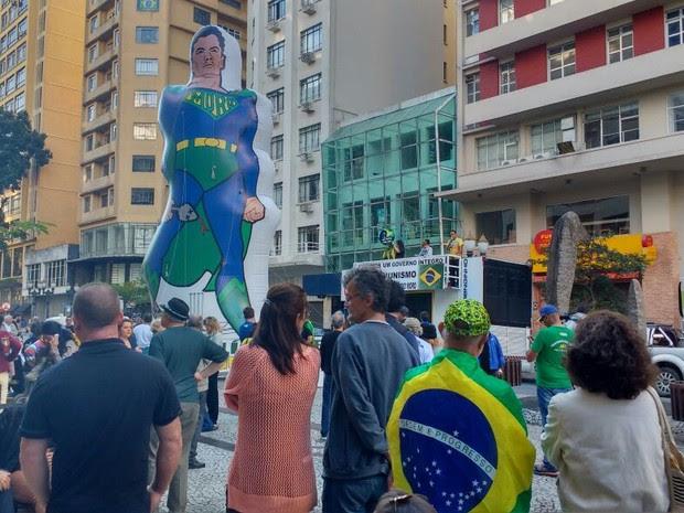 Boneco gigante de Sérgio Moro foi erguido na Boca Maldita de Curitiba neste domingo (15) (Foto: Ana Zimmerman / RPC)