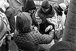 Сначала Нуланд пообщалась с протестующими. Из большого пакета она угостила их бутербродами, печеньем, булочками и хлебом