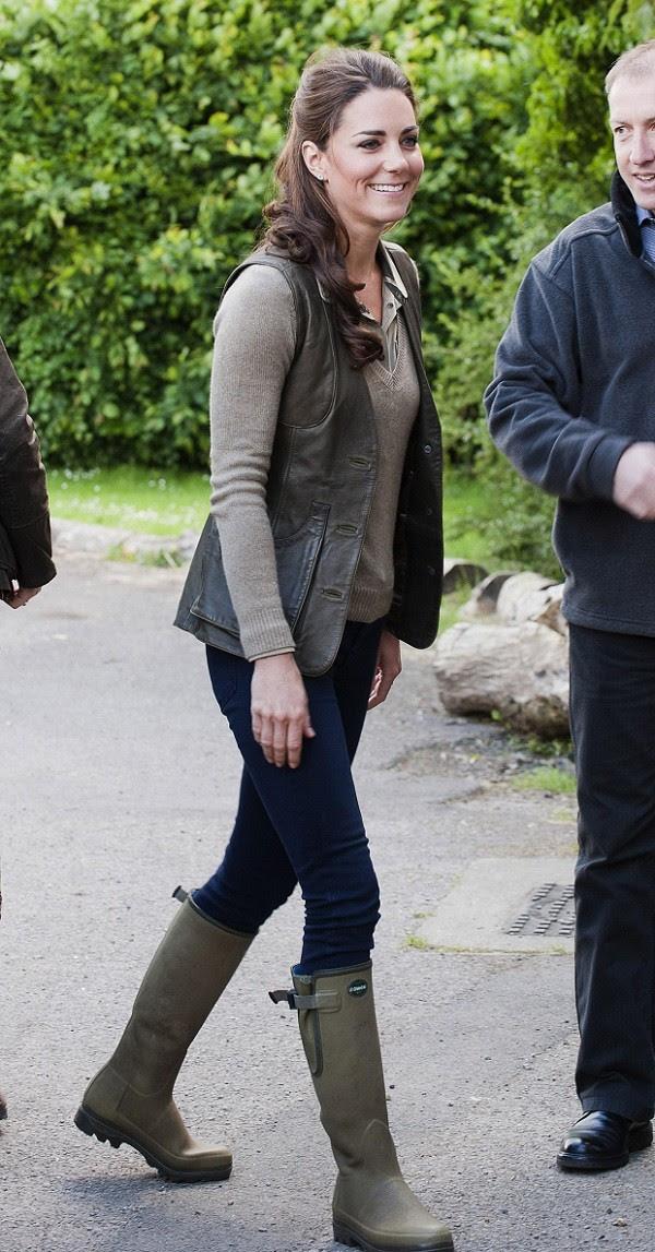 Nos dias de compromissos casuais, Kate não abre mão de suas clássicas botas montaria (Foto: Getty Images)