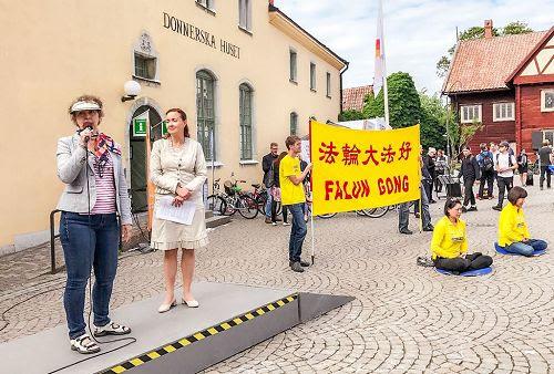 '图1:维斯比(Visby)的活动中心广场是举办各种集会的地方,学员们在这里向过往民众介绍法轮功,演示五套功法,讲述发生在中国的迫害真相。'