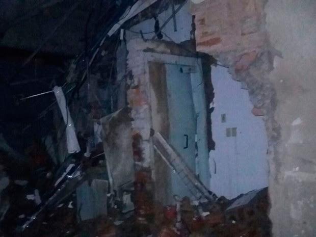 Agência foi explodida pela parede lateral, na madrugada desta segunda-feira (Foto: Edivaldo Braga/ Blog Braga)