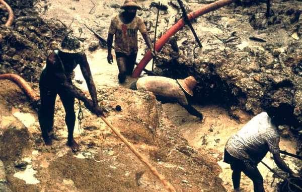Buscadores de oro en territorio yanomami, Brasil.