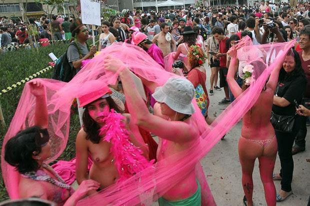 Performance com pessoas nuas na Praça Roosevelt (Foto: Marcio Fernandes/Estadão Conteúdo)