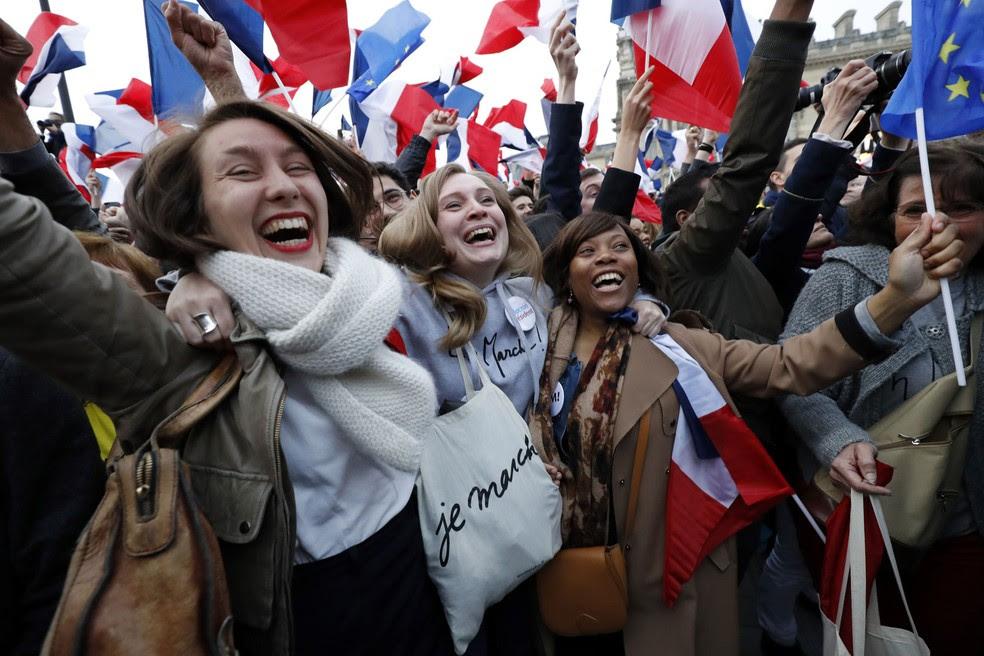 Apoiadores de Macron comemoram vitória de presidente eleito em frente ao Louvre, em Paris (Foto: Patrick KOVARIK / AFP)