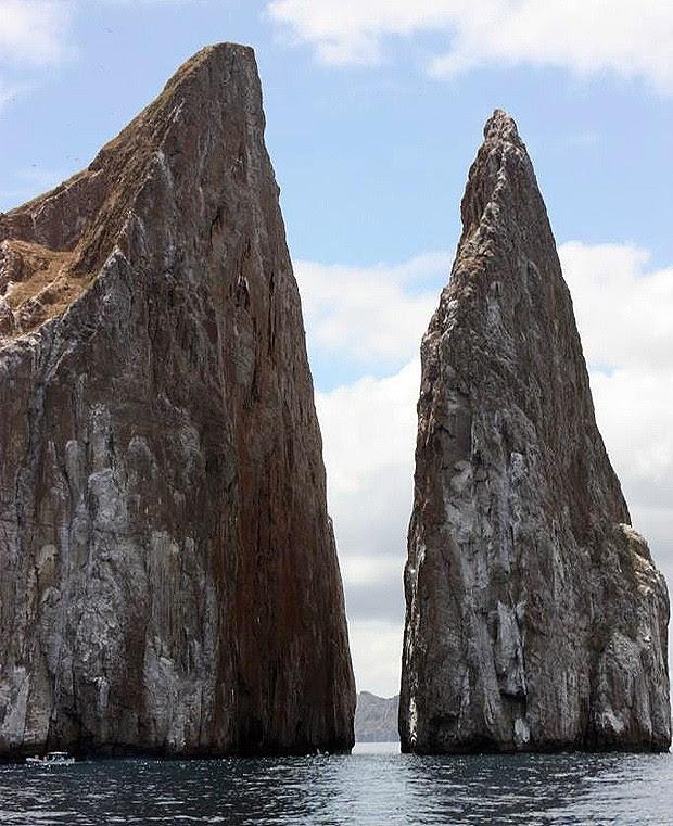"""A rocha Kicker, no Equador, também é conhecida como """"leão adormecido"""". Está localizada nas ilhas Galápagos e tem 152 metros de altura (Foto: Divulgação)"""