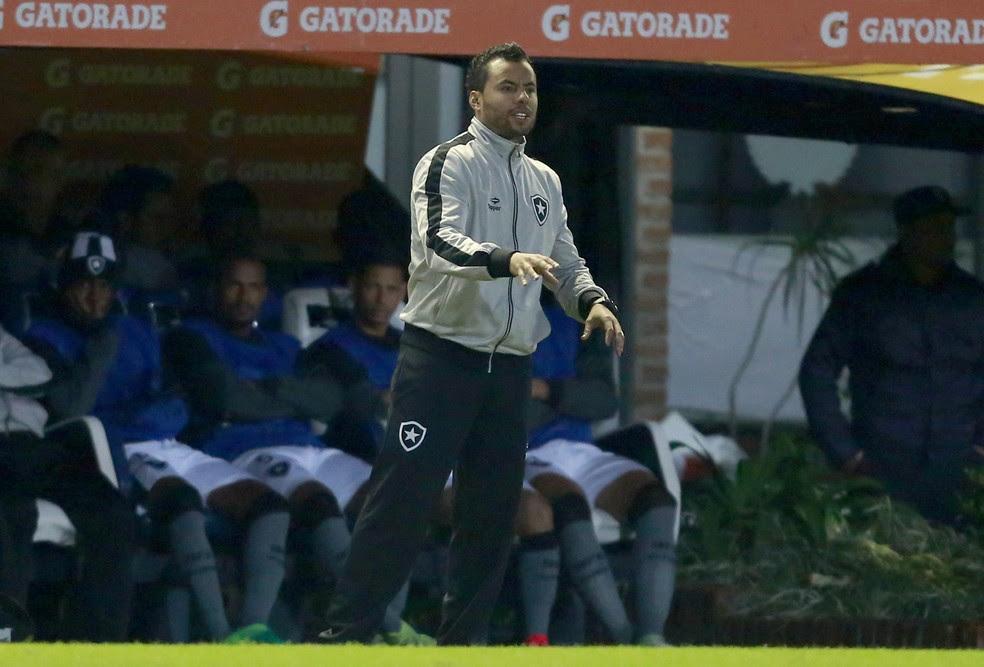Jair Ventura orienta a equipe diante do Estudiantes, em Buenos Aires (Foto: Demián Estévez / EFE)