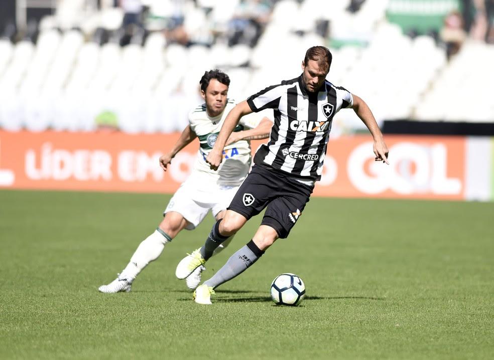 Carli foi a principal figura do jogo: dois pênaltis e um gol no empate com o Coxa (Foto: André Durão/GloboEsporte.com)