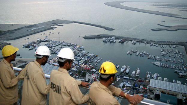 Trabalhadores admiram vista em Dubai