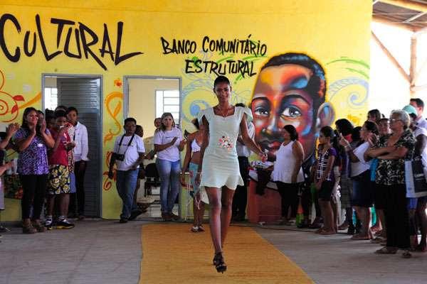O desfile quer incentivar a economia solidária e o surgimento de um mercado local para as roupas produzidas na localidade (Elza Fiúza/ABr)