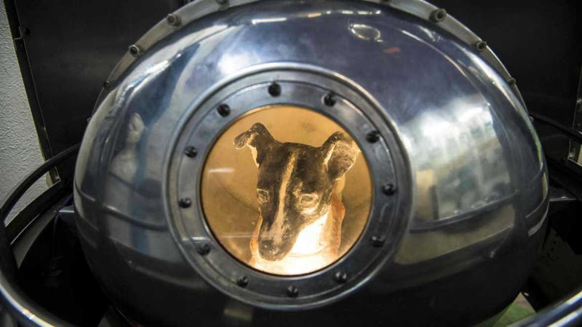 Una efigie de la perra Laika en una réplica del Sputnik se expone en Moscú