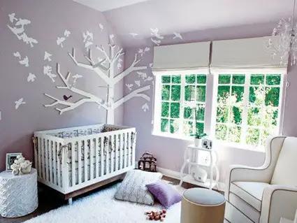 Habitación de bebé con gran ventanal