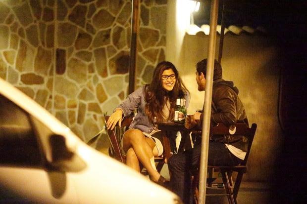 Giulia Costa em barzinho no Rio (Foto: AGnews)