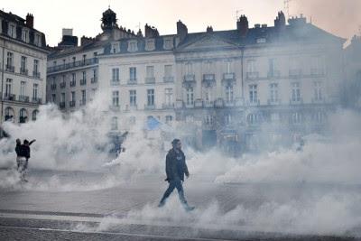 警方以催泪弹驱散示威人士。(法新社照片)