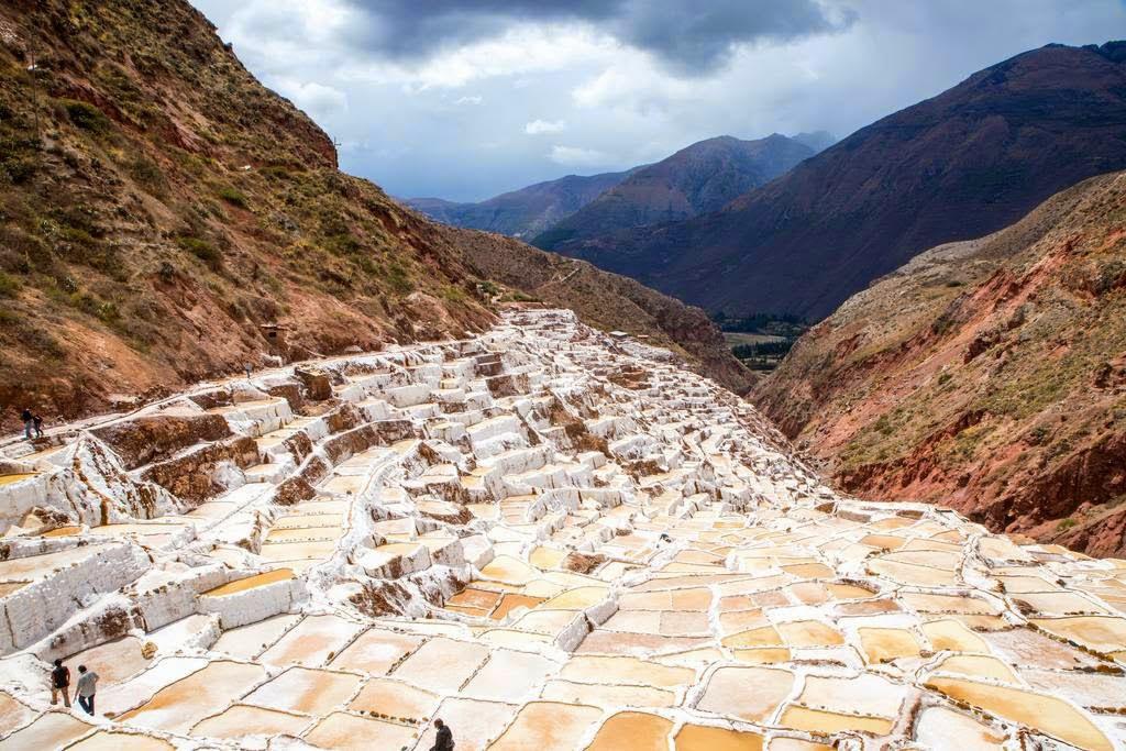 As belas Salinas de Maras encravadas nos penhascos peruanos 01