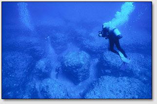 Возле острова Керама (Kerama) под водой были обнаружены гигантские каменные проходы-лабиринты.
