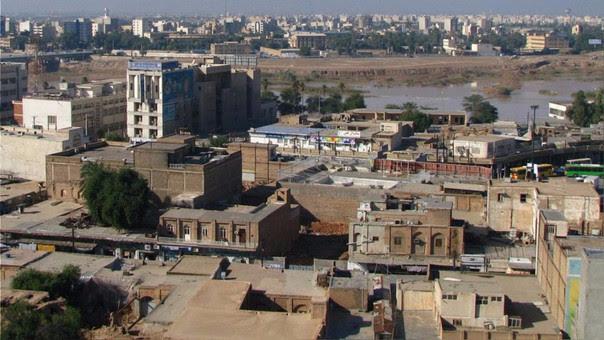 Esta fotografía de Ahvaz tomada en 2009. Muestra una ciudad ubicada en un desierto y cerca al mar.