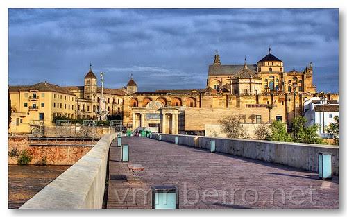 Atravessando a ponte romana de Córdova by VRfoto