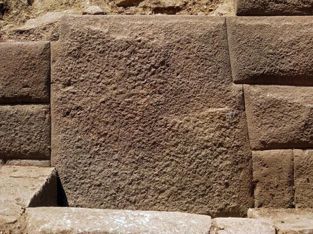 Pedra do império inca com 13 arestas foi mostrada pelo Ministério da Cultura (Foto: AFP Photo/Proyecto de Investigacion/Vilcashuaman–Pisco/Ministerio de CulturaCultura)