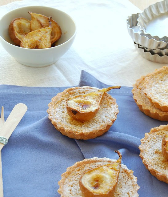 Little almond crostate with roast pears / Tortinhas de amêndoa com pêras assadas