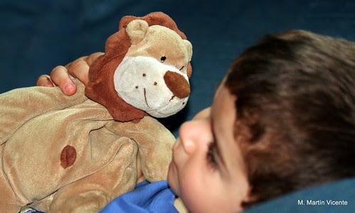 Félix con Monet el muñeco de dormir