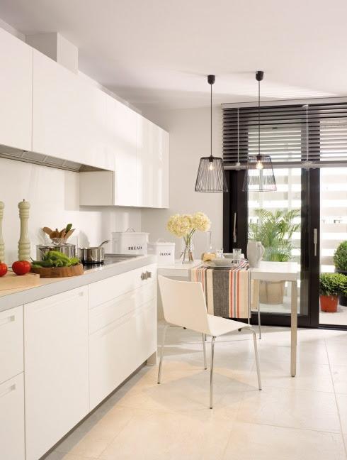 lada jako stolik   przystawiona do szafek kuchennych w otwartej  kuchni