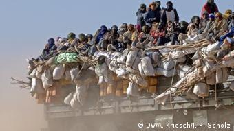 Κομβόι μεταναστών εγκαταλείπει την Αγκαντέζ. Όλοι χρηματίζονται
