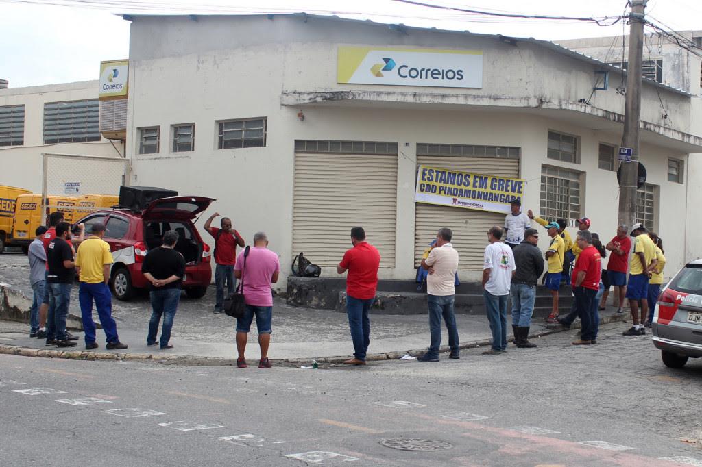 2017_12_13 Funcionários dos Correios entram em greve em Pindamonhangaba.1