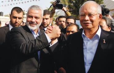 Ismail Haniyeh (left) greets Malaysian Prime Minister Najib Razak in Gaza City, January 22, 2013.