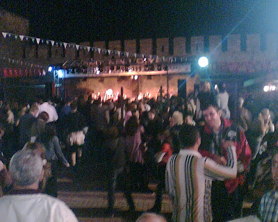 Buzuki Orhan ve eğlenen kalabalık