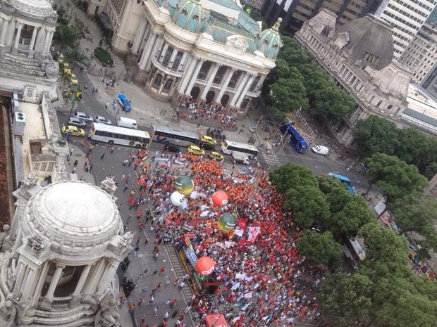 Cinelândia cheia na manifestação em defesa da Petrobras (Foto: daniel silveira/g1)