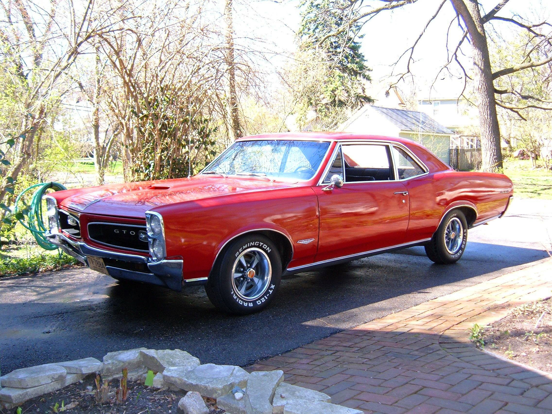 http://upload.wikimedia.org/wikipedia/commons/2/23/Pontiac_GTO_1966.jpg