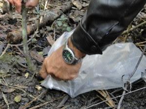 Policiais recolhem provas no local do crime. (Foto: Humberto Trajano/G1)
