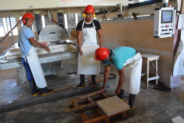 Obreros durante sus labores en el Combinado del Mármol Manuel Hernández Osorio, perteneciente a la Unidad Empresarial de Base Mármoles Oriente, en el municipio de Bayamo, provincia de Granma, Cuba, el 2 de abril de 2018. ACN FOTO/ Armando Ernesto CONTRERAS TAMAYO
