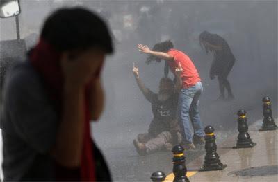 La Policía emplea gases lacrimógenos y cañones de agua contra los manifestantes.