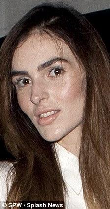 Transformação: Ali (foto à esquerda e à direita, em setembro de 2009) provocou rumores cirurgia, quando ela saiu à procura notavelmente diferentes