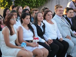 Casais aguardam para oficializar a união (Foto: Jonathan Lins/G1)