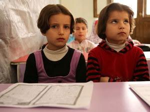 Crianças em sala de aula improvisada em Aleppo (Foto: Gabriel Chaim/G1)