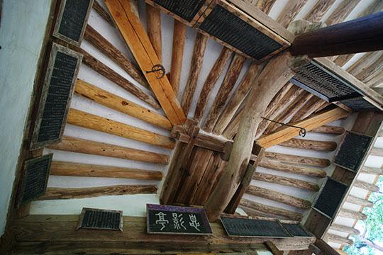 식영정 마루에서 본 천장의 모습이다. 한옥은 추상화같은 느낌을 준다.