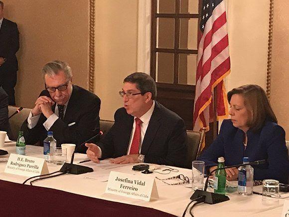 Bruno Rodríguez y Josefina Vidal durante la reunión con empresarios estadounidenses. Foto:  @JosefinaVidalF/ Twitter.