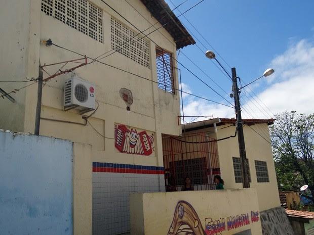 Fachada da Escola Municipal Luiz Gonzaga, na Bomba do Hemetério. (Foto: Katherine Coutinho/G1)