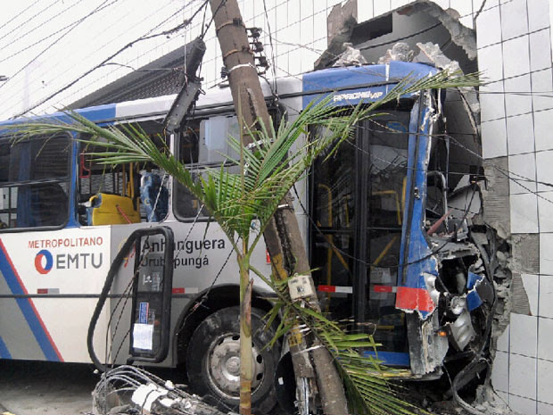 Ônibus bateu em imóvel na Zona Oeste de SP (Foto: Regiane Côrrea)