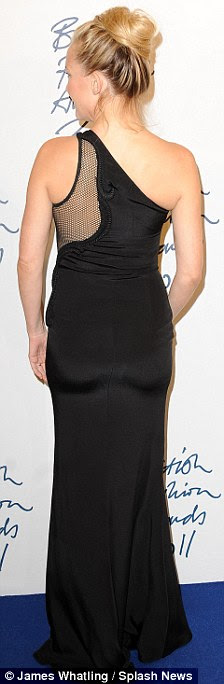 Svelte: A atriz parecia sensacional em seu vestido preto colante com malha de cut-out