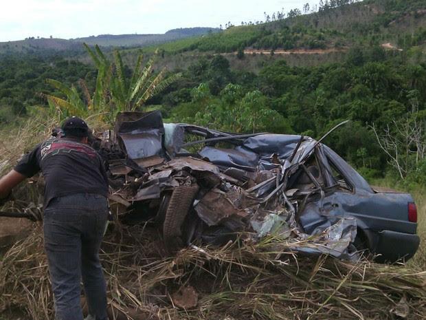 Duas pessoas morreram depois de um acidente entre um carro e um caminhão na BR-101 (Foto:  girodenoticias )