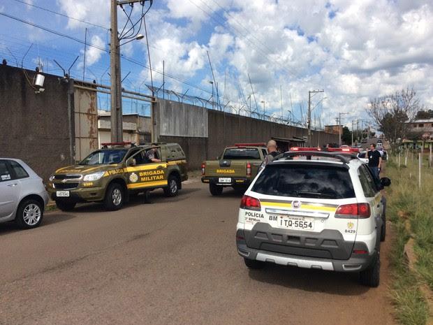 Grupo de detentos pulou muro durante horário de visita na casa prisional (Foto: Eder Calegari/RBS TV)